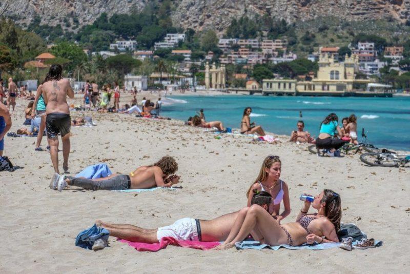 In spiaggia la mascherina solo se il distanziamento è impossibile