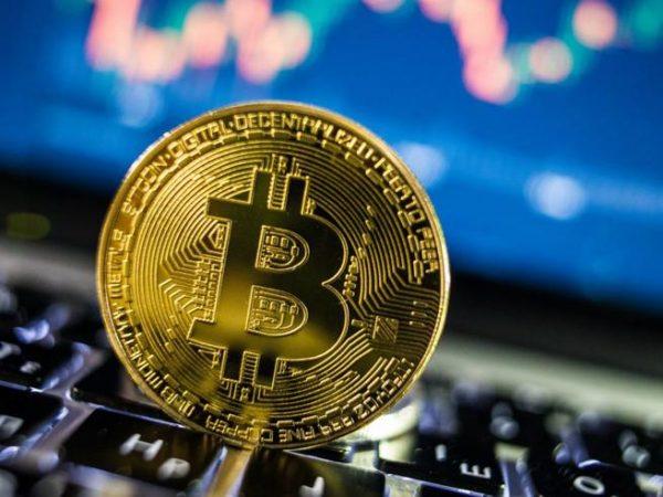 Il prezzo del bitcoin mostra una forte ripresa dopo il crash di $ 12.000 e il giorno record